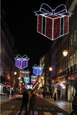 Geschenkpakete aus Licht schweben ueber Lissabons Rua Aurea. Copyright: Eva Maekler
