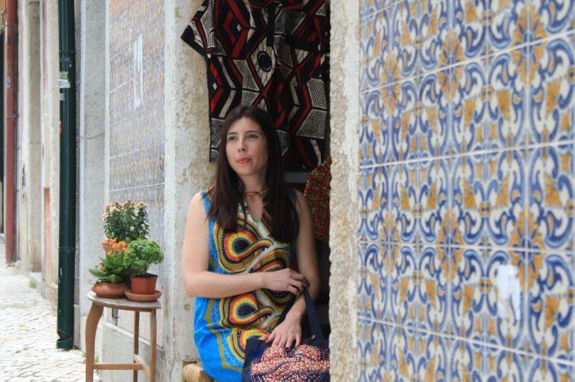 """Lissabons Alfama ist ihr """"Arbeitszuhause"""": Helena Reis im Eingang von H.Reis.Capulana. Foto: Eva Maekler"""